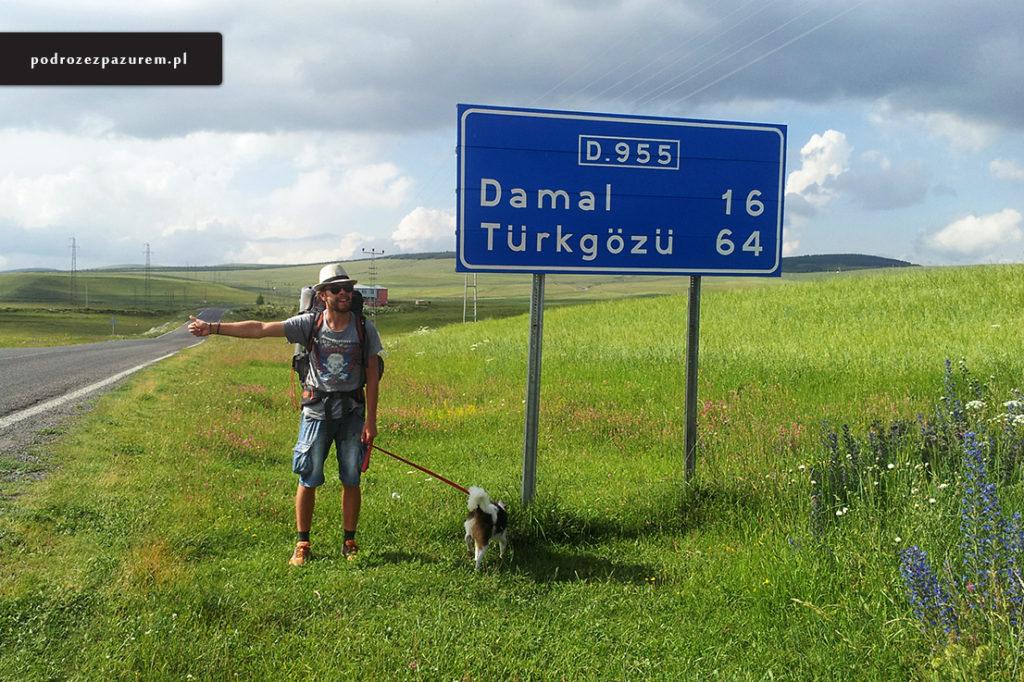 No tak... coś wysokiego i wystającego, trzeba obsikać ten znak! Zbliżamy się do granicy turecko-gruzińskiej. Gruzińscy strażnicy najbardziej dokładnie, co w praktyczne oznacza jako jedyni, zaglądali do paszportu Snupiego.